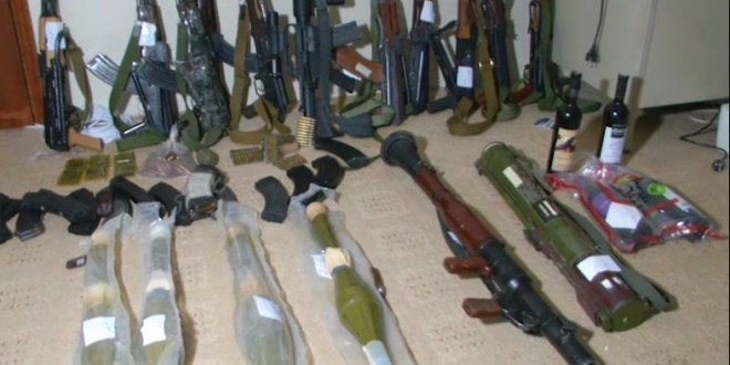 صنعاء : شاهد كمية الأسلحة التي تم ضبطها في منزل ضابط سابق يتبع الهارب علي محسن
